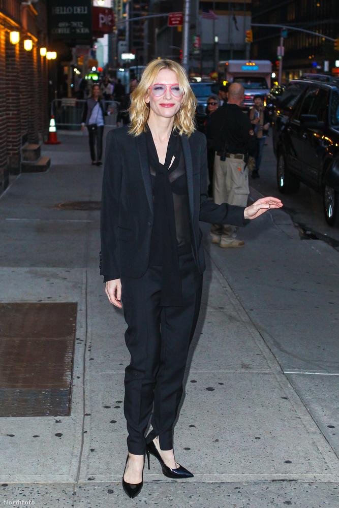 Blanchett nem egy villantáskirálynő, most mégis átlátszó blúzban van.