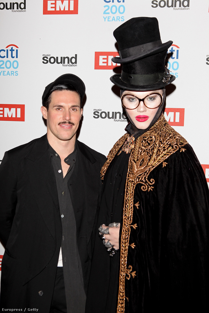 Ezen a 2012-es fotón Sam Sparro ausztrál énekessel látható