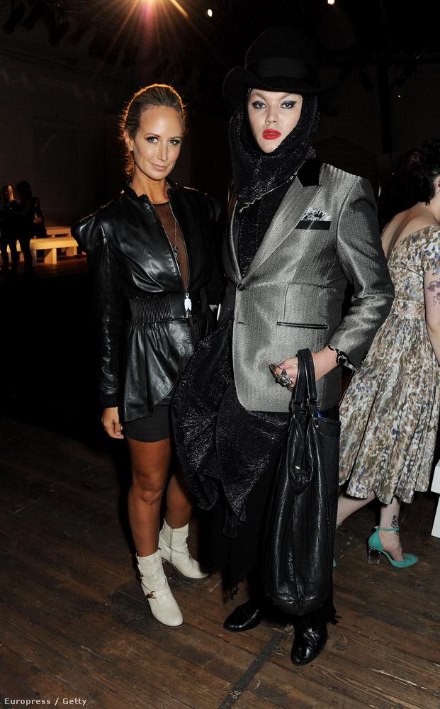 A bal oldalon a szintén extrém öltözékeiről ismert Lady Victoria Hervey látható