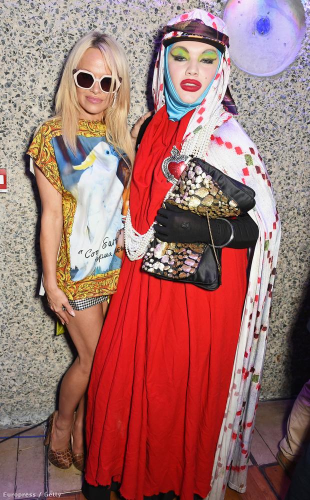 Itt például Pamela Andersonnal pózolt, ez most szeptemberben a londoni divathéten volt