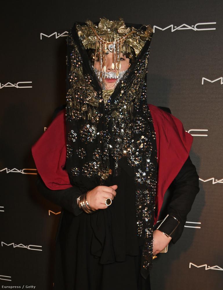 Ez a rendezvény éppen kozmetikumokat volt hivatott reklámozni, erre ő egy olyan szettben ment el, hogy alig látszottak ki a kozmetikumok a fejdísze alól