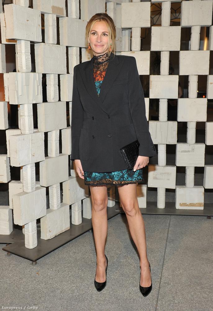Az este másik nagy lábvillantója pedig Julia Roberts, aki nagyon jól tette, hogy a nyakát is takaró ruhában megmutatta az égig érő lábait