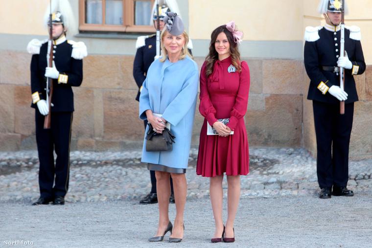 A kék ruhában Eva Marie O'Neill, bordóban pedig Zsófia hercegnő látható, aki Magdolna hercegnő sógornője, a bátjya, Károly Fülöp felesége