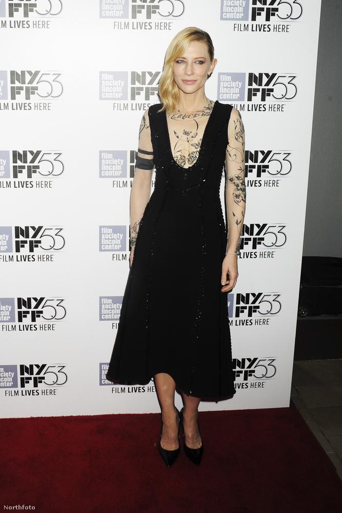 A történet tehát nem indokolta ezt a ruhát, amelyben úgy tűnik, mintha tele lenne tetoválva a színésznő felsőteste.