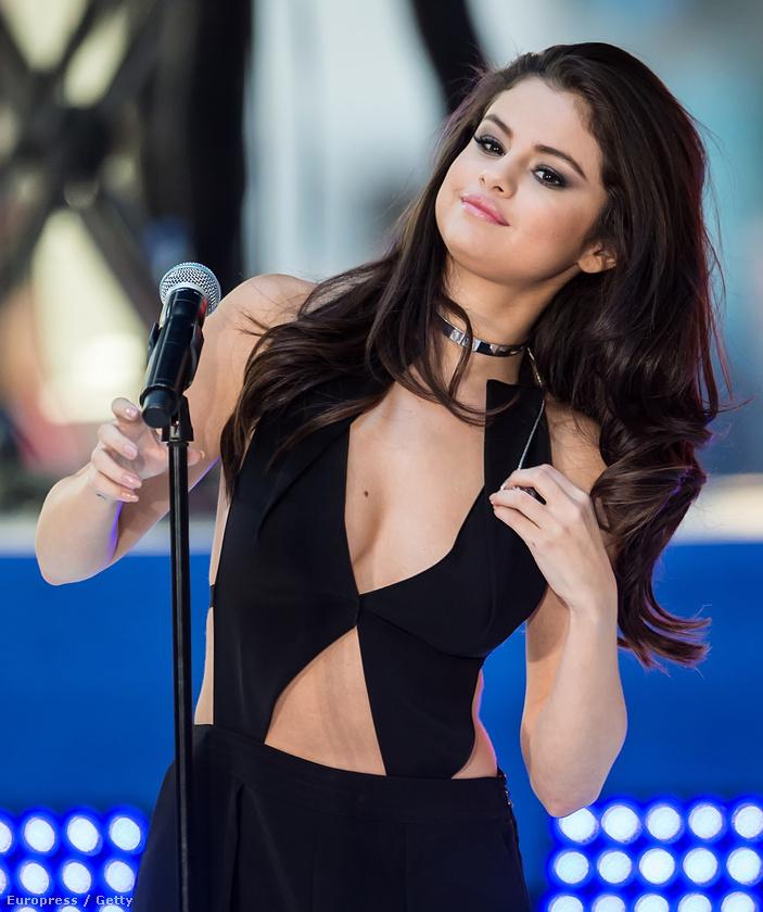 Selena Gomez az NBC Today című műsorában lépett fel a Rockefeller Centerben, és ezt a szettet gondolta ki az alkalomra.