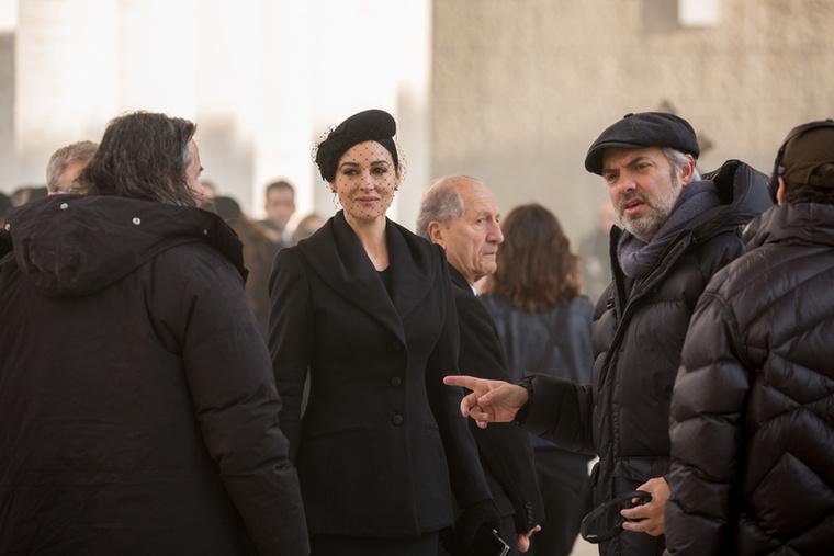 A filmben az olasz özvegy és a titkosügynök közötti bizalom lesz hangsúlyos - ami Bondnak egy információ megszerzése miatt fontos.
