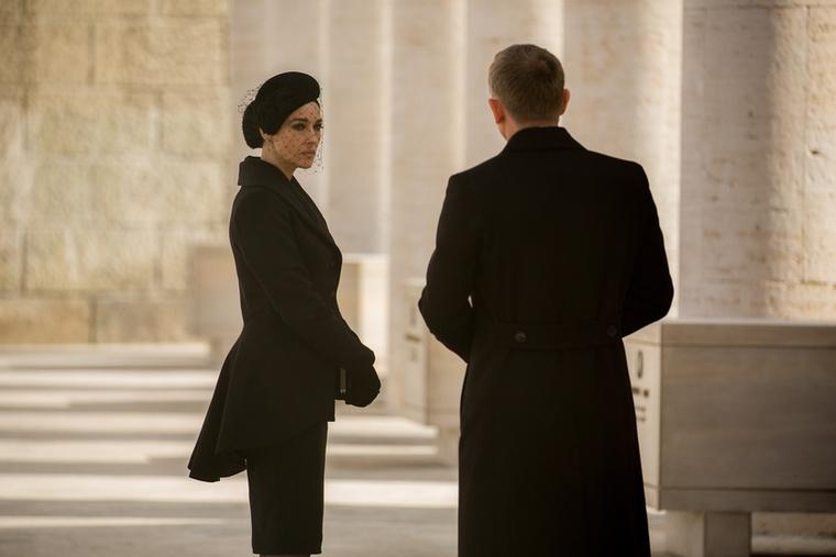 A filmben az olasz özvegy egy csábító nő, akinek rengeteg titka van, akinek meghalt a maffiózó férje