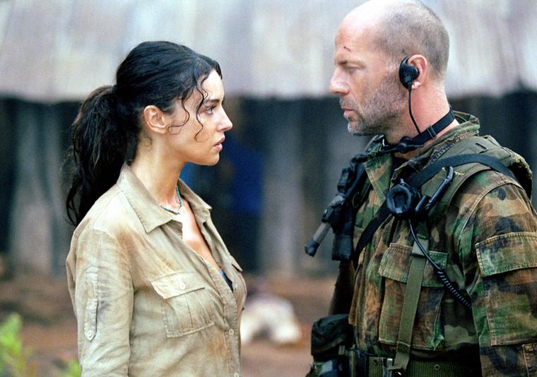 Bruce Willis és Monica Bellucci A nap könnyeiben - csoda, hogy nem jöttek össze ilyen tekintetváltás után.
