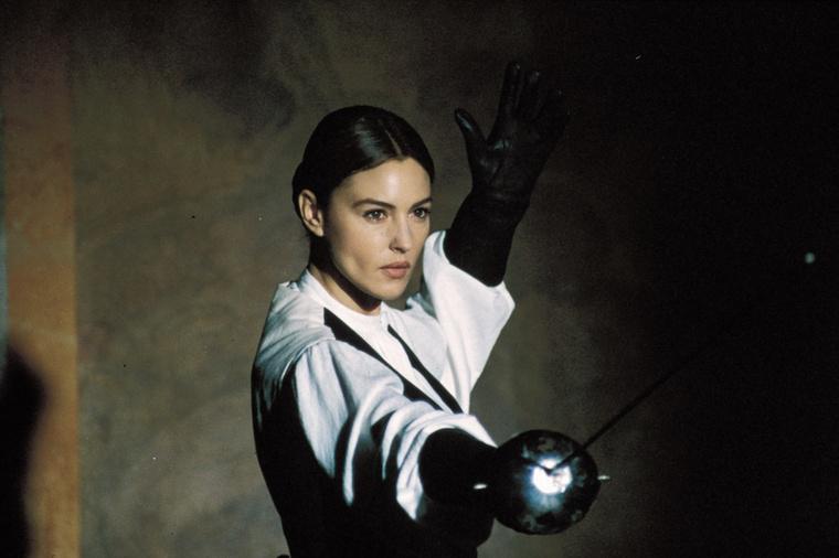 Nemcsak a szép nőt játssza a filmjeiben, olykor fegyverrel is lenyűgözi, esetleg sokkolja az ellenfeleit.