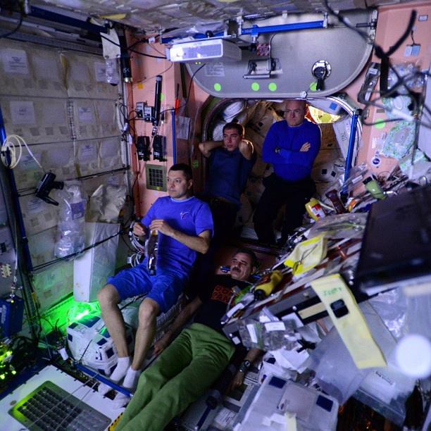 Az utolsó életkép: az űrhajósok a Mentőexpedíció című filmet nézik az űrállomáson