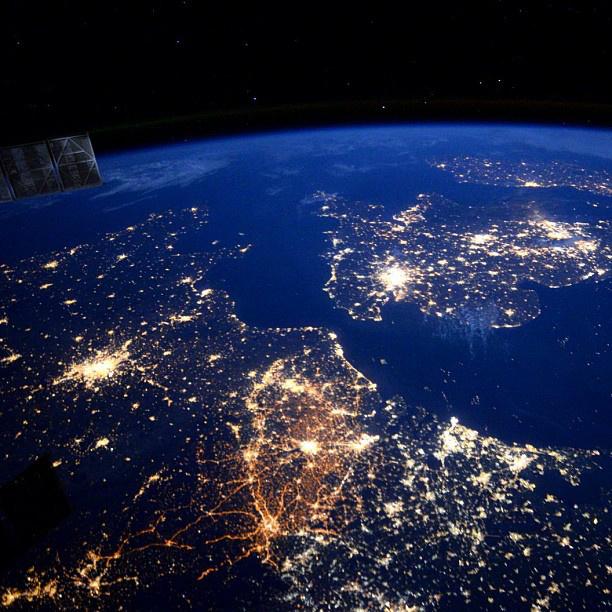 Az éjszakai fények miatt ezt is könnyű beazonosítani: a távolban London virít, közelebb Franciaország világlik.