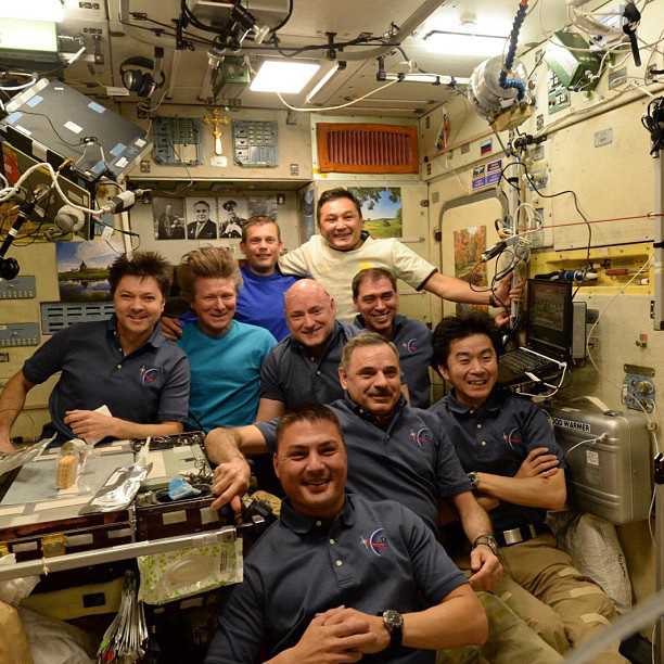 Mindjárt megmutatunk néhány iszonyú menő tájképet (bár ezek is iszonyú menők), de először nézzék meg, hogyan búcsúzkodtak közös fotóval attól a három űrhajóstól, akik a Szojuzzal a Föld felé vették az irányt! Különösen a türkiz pólós orosz asztronauta hajviseletére hívnánk fel a figyelmet.
