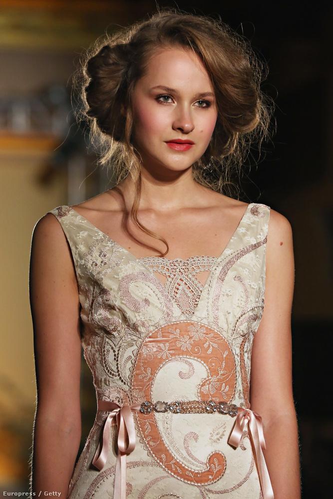 De mondjuk ez a frizura se éppen tipikusan menyasszonyos, de úgy látszik, Claire Pettibone-t a XIX