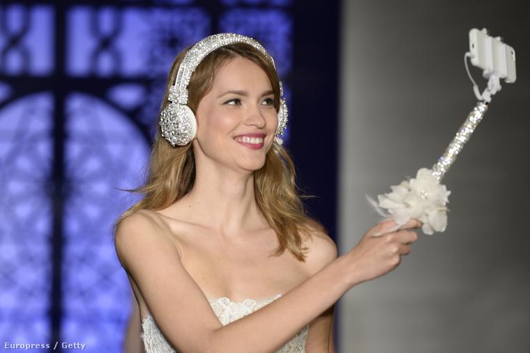 Igen, hölgyeim és uraim, ez a menyasszonyi szelfibot Reem Acrától