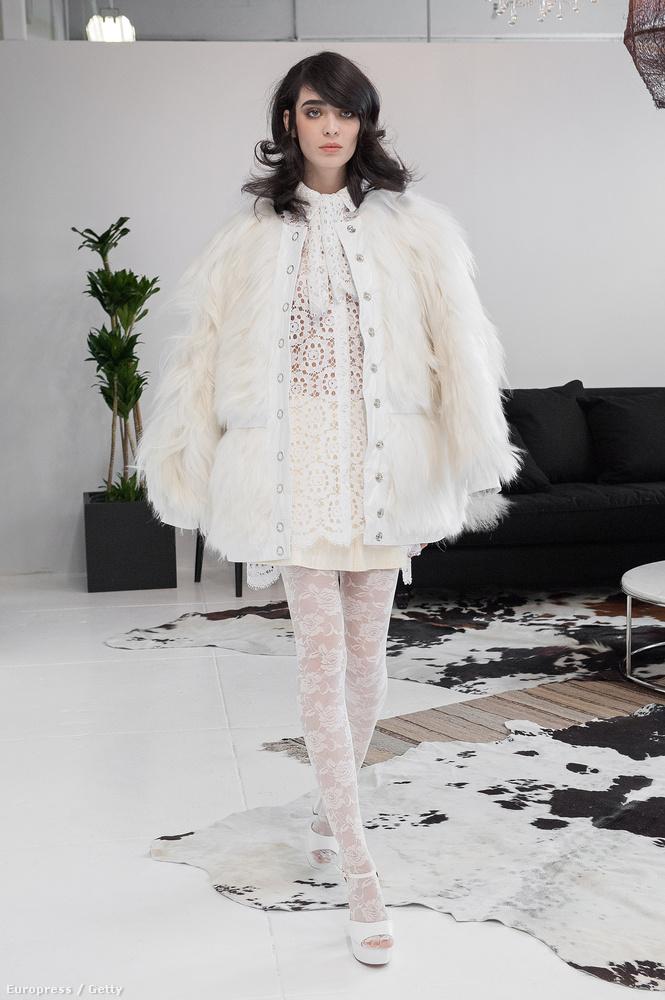 Ez is egy elég rendhagyó fazonú menyasszonyi ruha ettől a márkától...