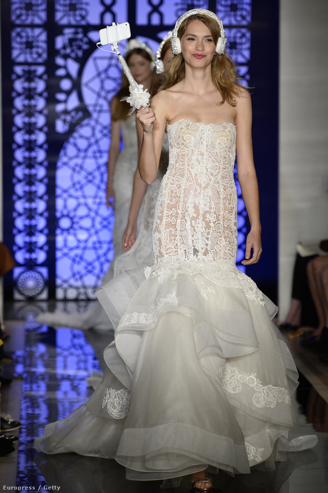 Illetve az egyik menyasszony mégiscsak élvezi: szelfizget férjhezmenetel közben