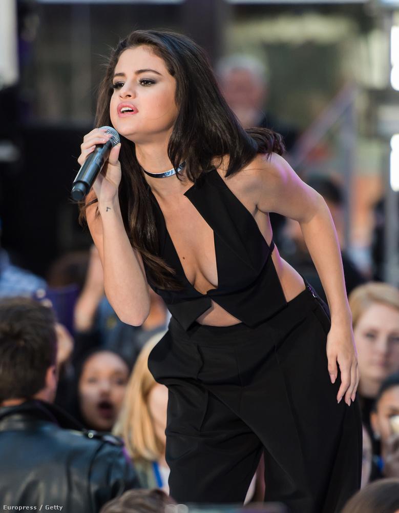 Selena Gomez nagyon aktív volt a héten, úgy indított, hogy elég mélyen behajolt éneklés közben