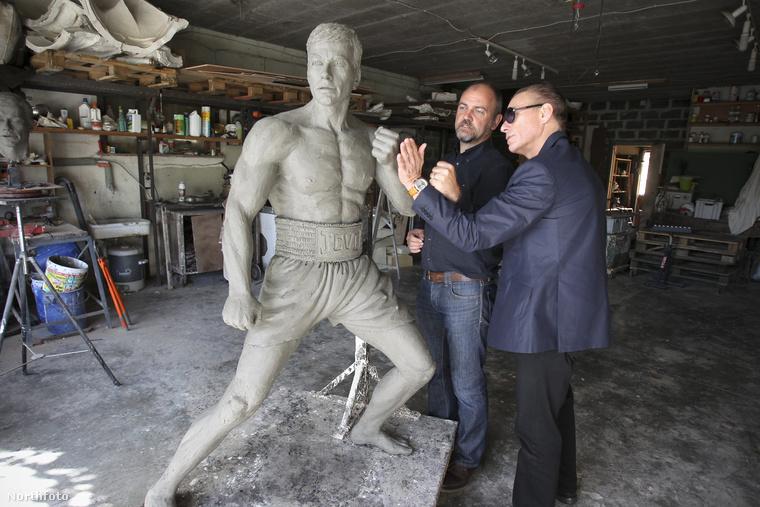 2012-ben egy belga művész szobrot készített róla