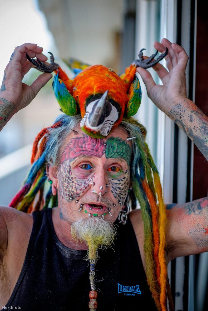 Jött egy csomó piercing és tetoválás, még a szemét is tetováltatta