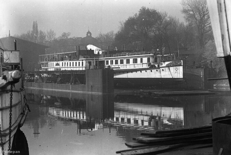 1938,  Óbudai hajógyár, a DDSG Schönbrunn gőzhajója az úszódokkban pihen