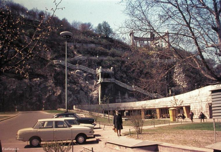 1974, Erzsébet híd budai hídfő, szemben a Szent Gellért szobor és lépcső.