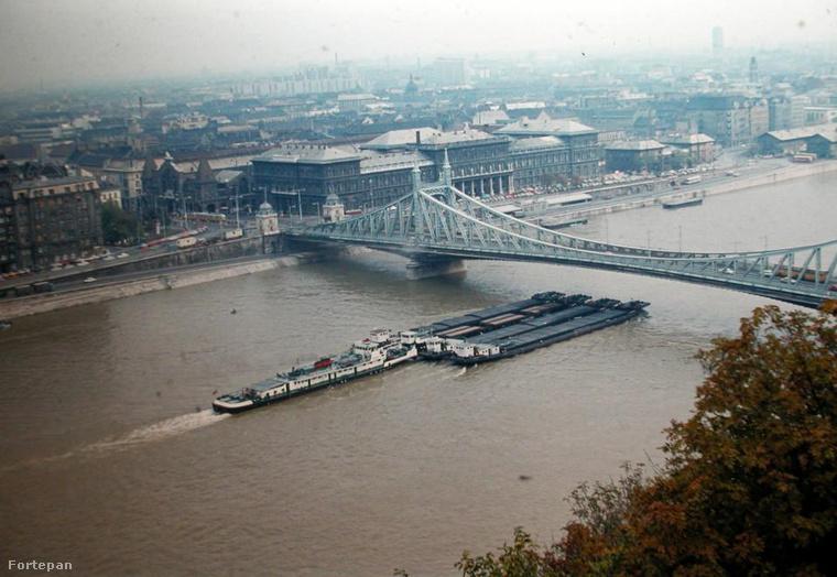 1977,  Szabadság híd, pesti hídfő és környéke a Gellérthegyről.