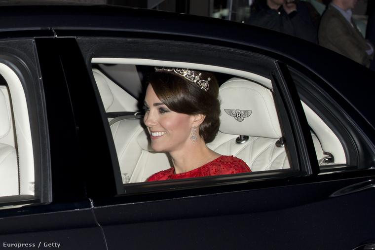 Katalin hercegné odafelé még egész lelkesnek tűnt, de lehet, hogy csak azért, mert az esküvője után másodszorra is lehetősége nyílt, hogy II