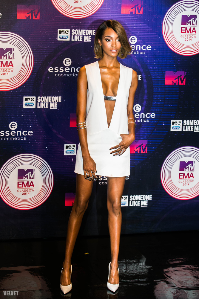 Nemcsak zenészek, de egyéb hírességek, például modellek is járnak az EMA-re, mint a képen látható Jourdan Dunn, aki nem spórolta le a dekoltázst tavaly.
