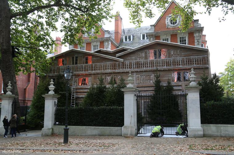 A londoni palota nem bizonyult túl extrának, ezért megtoldották egy homlokzattal a hegyi stílus jegyében