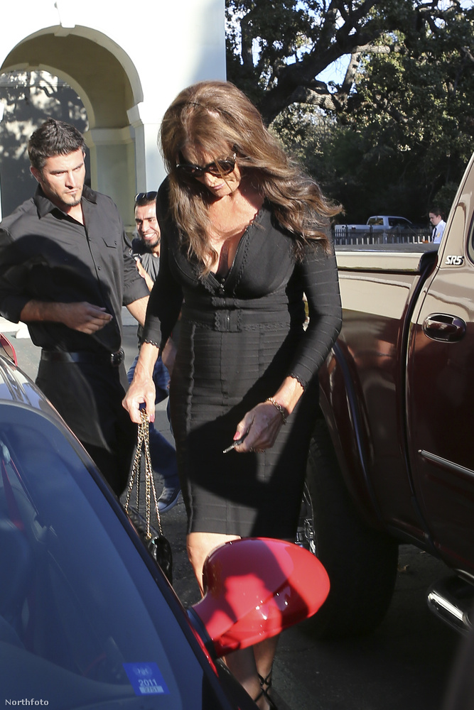 Caitlyn Jenner mindig visszafogott és elegáns szokott lenni, most viszont jókora dekoltázzsal készült a bulira.