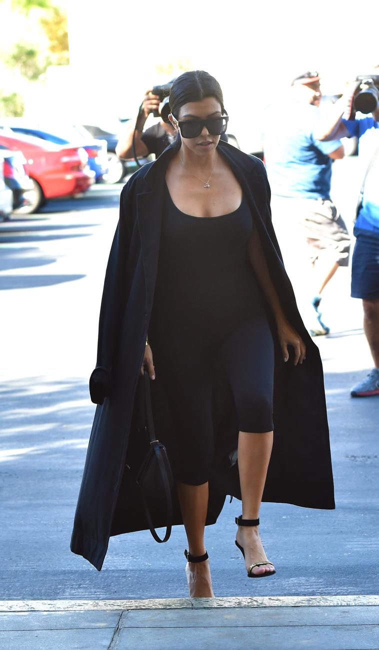 Kourtney Kardashian is feketében volt, mi pedig búcsúzunk is.