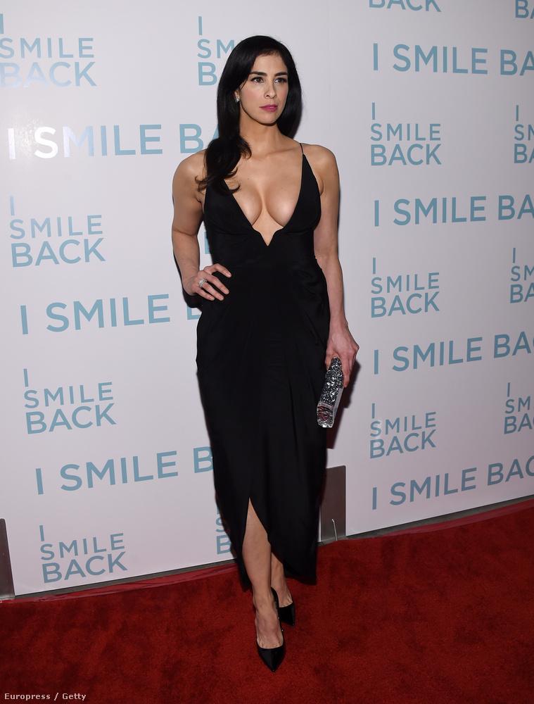 Sarah Silverman az I Smile Back című filmje premierjén jelent meg ebben a nem kifejezetten visszafogott összeállításban.