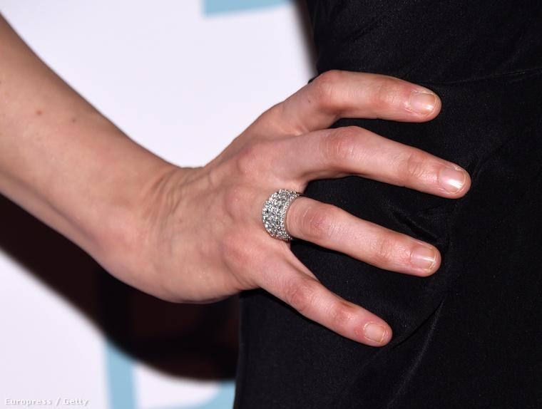 A gyűrűjéről is.