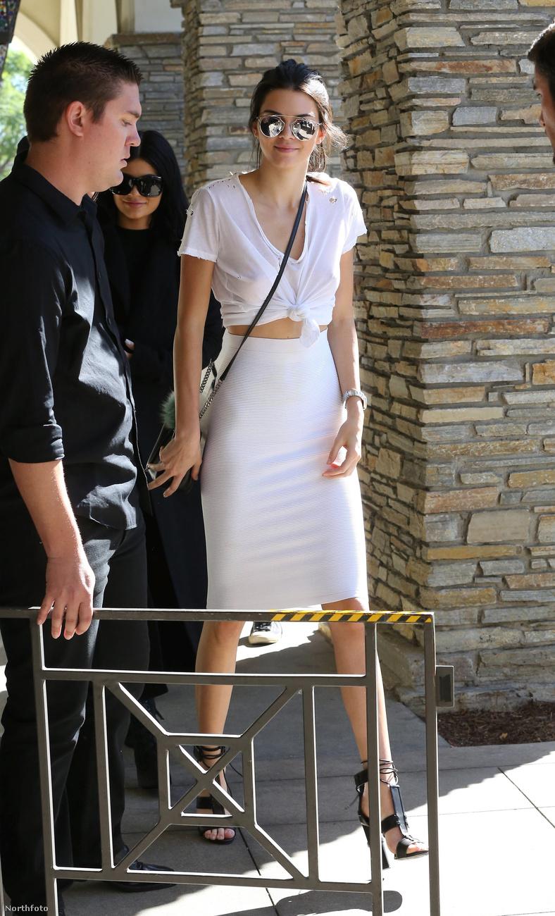 Jenner ugyanis nem vett melltartót, van viszont mellbimbó-piercingje, ami át is ütött a pólóján.