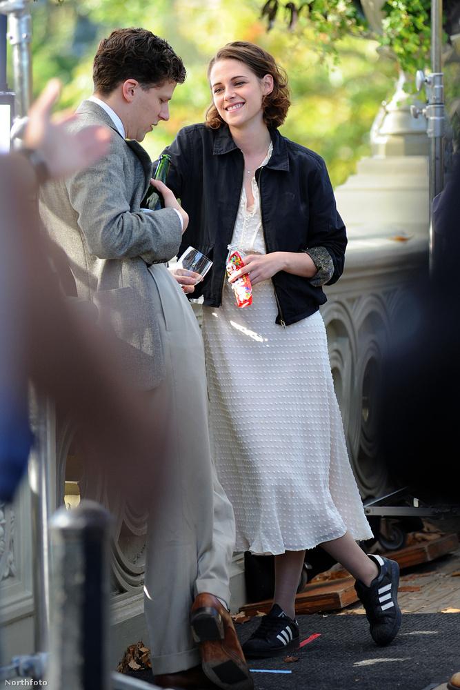A színésznőnek sokkal jobban áll ez a stílus, mint ez, viszont nagyon nincs kibékülve a magassarkú cipőkkel