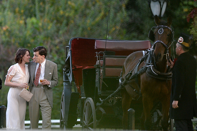 Itt pedig a lovaskocsi mellett.