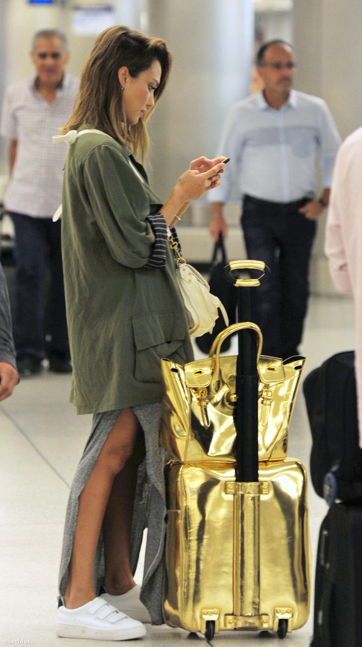 Jessica Alba színésznő és férje, Cash Warren október 21-én Miamiba repültek, a kép jobb alsó sarkában látható, diszkrét csomagjaikkal.