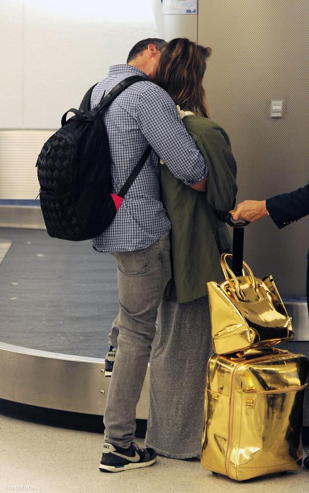aki a bőröndjeikre várakozás közben