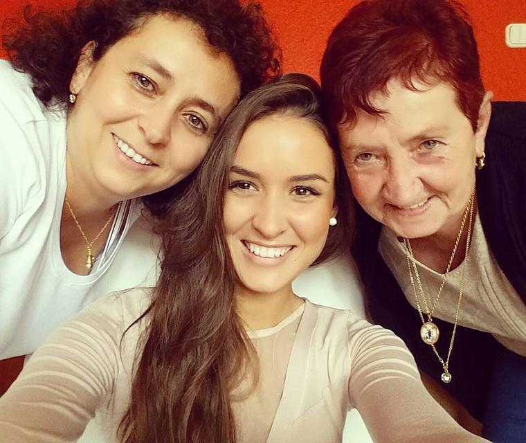 Viczián Csilla (Miss Balaton) pedig megmutatta az édesanyját és a nagymamáját egy háromgenerációs szelfin