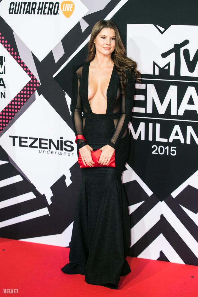 Amanda Cerny is, aki egy Youtube- és Vine-sztár, egyben modell és playmate, és hát jól látható módon nem szereti, ha a ruhájának van eleje.