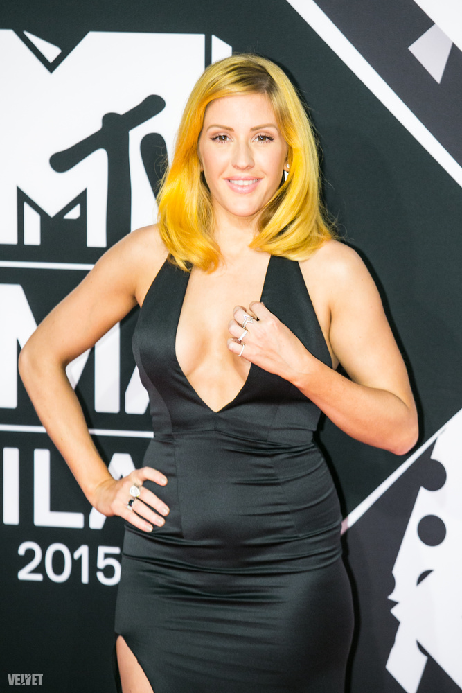 Ellie Goulding haja annyira feltűnő, hogy majdnem eltereli a figyelmet a dekoltázsáról.