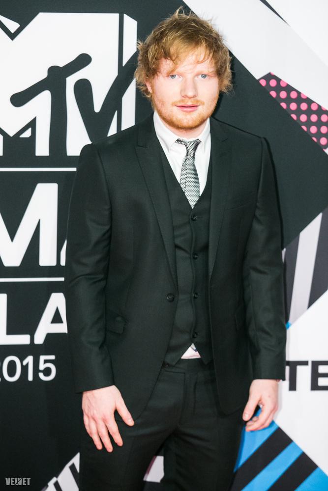 Voltak páran, akik megérkezésükkor elviselhetetlenül nagy visítást kaptak, az egyikük az este egyik műsorvezetője, Ed Sheeran volt.