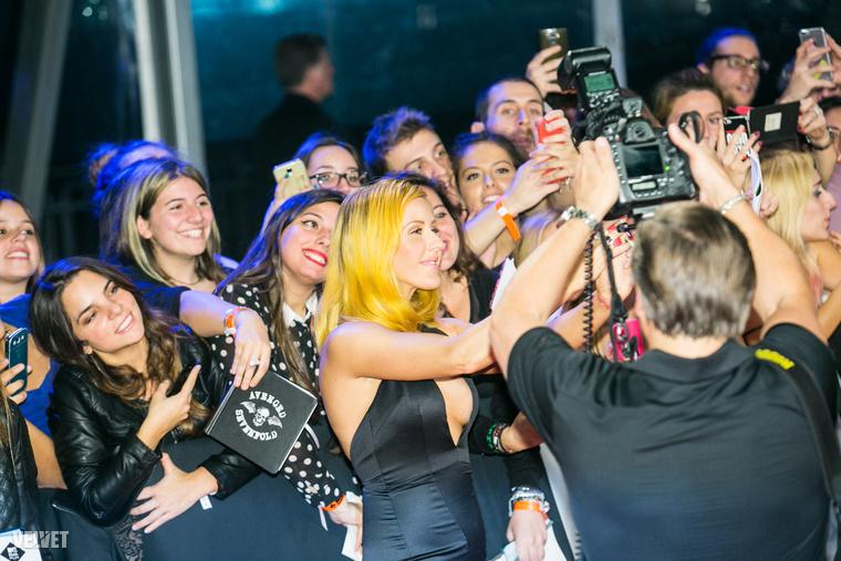 A legtöbb híresség a vörös szőnyegen beállt egy pár szelfire, itt például Ellie Goulding kedvez a rajongóknak.