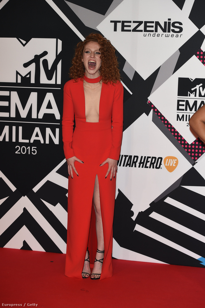 Ő Jess Glynne énekesnő, aki ezt a dekoltált és felsliccelt, de egyébként rém előnytelen ruhát választotta az MTV Europe Music Awards vörös szőnyegére