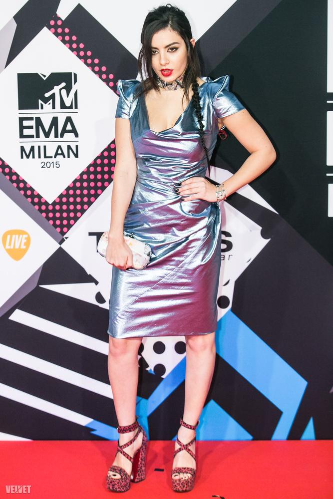 Charli XCX-nek az egy híres számára ön vagy emlékszik, vagy nem, de jó eséllyel ez az alufólia-ruha most az emlékezetében marad jó időre