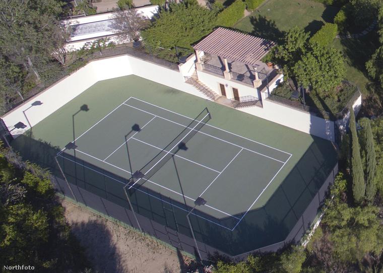 Na meg egy hatalmas teniszpálya.