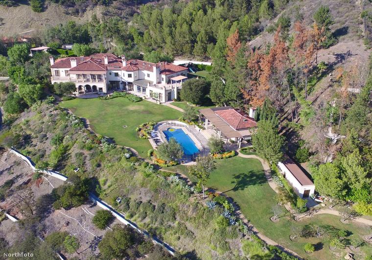 A brit szupersztár nemrég vásárolta ezt az átlagosnak semmiképpen nem nevezhető, több mint 2300 négyzetméteres Beverly Hills-i házacskát.