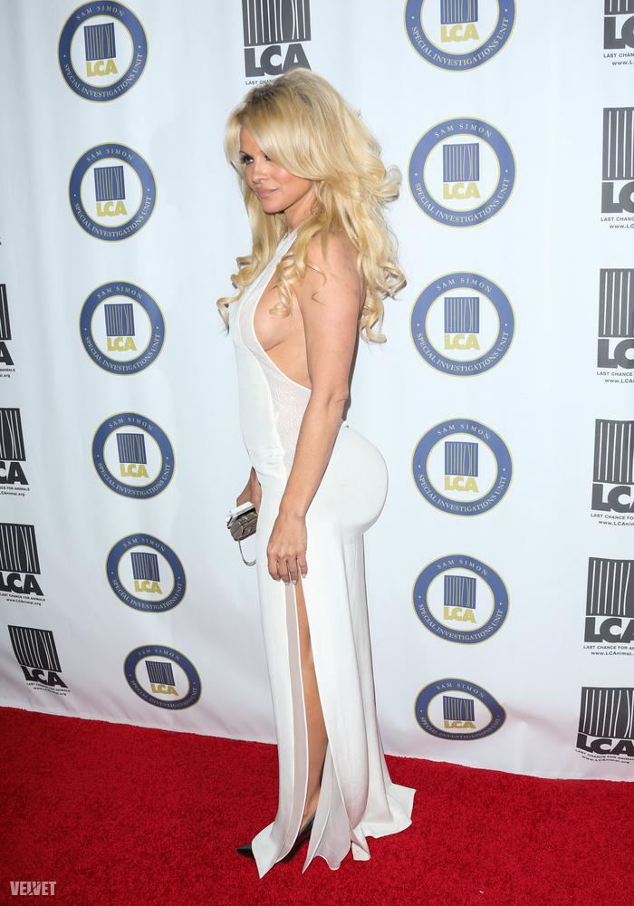 Pamela Andersonnak annyira nincs feneke, hogy a nagyobbítás is alig látszódik rajta
