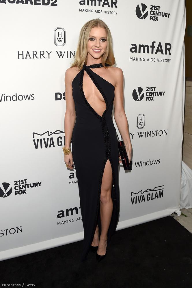 Ő itt Elle Evans modell, csak a mindenkilógatós ruhája miatt mutatjuk meg.