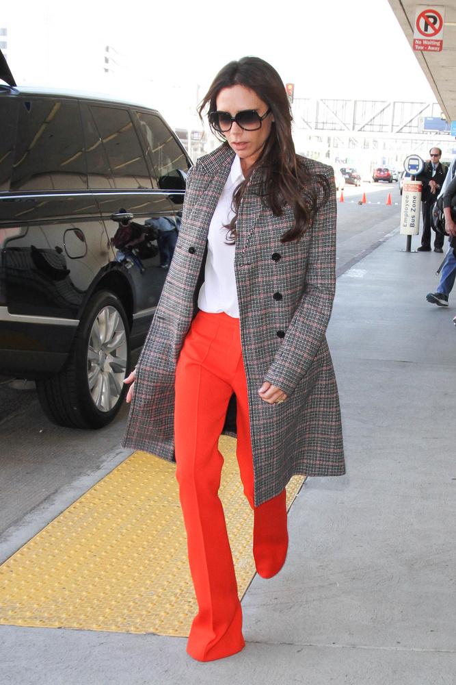Victoria Beckham bizonyára a varrónőhöz igyekszik, hogy felhajtassa a nadrágját.